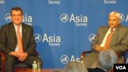 美國國防部副部長卡特(左)談美國再平衡亞洲戰略