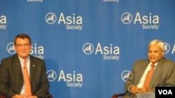 美國國防部副部長艾希頓卡特(左)談美國再平衡亞洲戰略