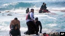 Rodos adası kıyılarında batan tekneden kurtarılan Suriyeli göçmenler