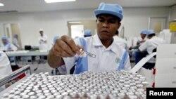Seorang pekerja sedang menyiapkan ampul vaksin polio di pabrik Bio Farma di Bandung, Jawa Barat, 13 Mei 2005. (Foto: Reuters/arsip)