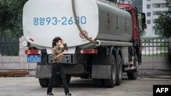 지난해 7월 북한 평양 시내에 유조차가 서있다.