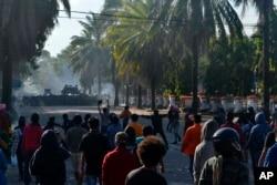 Para mahasiswa yang berunjuk rasa bentrok di Kendari, Sulawesi Tenggara, 26 September 2019. (Foto: AP)