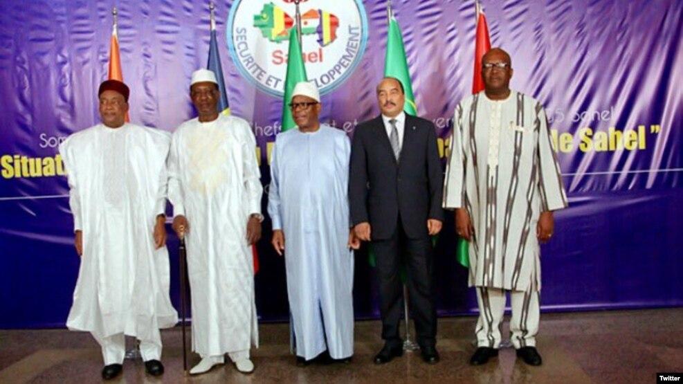 Les cinq chefs d'Etat du G5 Sahel (de gauche à droite): le président du Niger Mahamadou Issoufou, son homologue tchadien Idriss Déby, le Malien Ibrahim Boubacar Keïta, le Mauritanien Mohamed Ould Abdel Aziz et le Burkinabè Roch Marc Christian Kaboré, le 6 février 2017 à Bamako. (Twitter/Roch Kaboré)