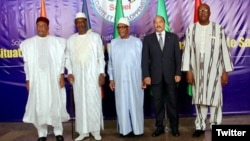 Les cinq chefs d'Etat du G5 Sahel (de gauche à droite): le président du Niger Mahamadou Issoufou, son homologue tchadien Idriss Déby, le Malien Ibrahim Boubacar Keïta, le Mauritanien Mohamed Ould Abdel Aziz et le Burkinabè Roch Marc Christian Kaboré, le 6 février 2017.