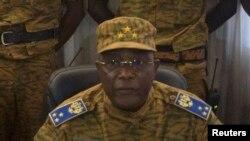 Le chef de l'armée burkinabé, Honoré Traoré, a déclaré vendredi 31 octobre qu'il prenait le pouvoir après la démission de Compaoré et promettait de conduire la transition jusqu'aux élections