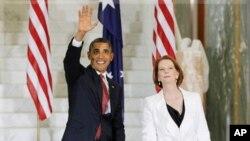 Rais wa Marekani Barack Obama na Waziri Mkuu wa Australia, Julia Gillard (R) wakiwa kwenye jengo la bunge la Australia huko Canberra. November 16, 2011