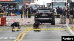 Petugas dari Biro Penyelidik Federal (FBI) terus melakukan investigasi di lokasi terjadinya ledakan di kawasan Chelsea, Manhattan, New York hari Minggu (18/9).