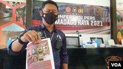 Petugas memperlihatkan foto dan nama dari 4 teroris sisa anggota kelompok Mujahidin Indonesia Timur (MIT) yang masih diburu, Minggu (19/9/2021) (foto: VOA/Yoanes Litha).