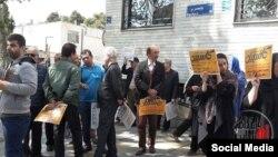 تجمع گروهی از مالباختگان موسسه مالی اعتباری کاسپین در مقابل ساختمان قوه قضائیه