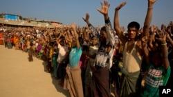 Para pengungsi Muslim Rohingya menolak dikembalikan ke Myanmar dalam aksi unjuk rasa di kamp pengungsi Kutupalong dekat Cox's Bazar, Bangladesh, Senin (22/1).