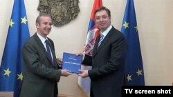 Šef delegacije EU u Srbiji Majkl Devenport uručuje Izveštaj o napretku Srbije premijeru Aleksandru Vučiću