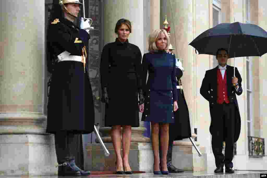 استقبال بریژیت ماکرون همسر رئیس جمهوری فرانسه از ملانیا ترامپ، بانوی اول آمریکا در الیزه، پاریس