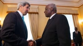 José Eduardo dos Santos (à direita) e  John Kerry (à esquerda).  REUTERS/Saul Loeb/Pool