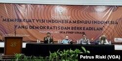 Prof Masdar Hilmi, Prof Hotman Siahaan dan Prof Ahman Erani berbicara perihal radikalisme yang mengancam kehidupan berbangsa Indonesia, dalam sebuah diskusi di Surabaya. (Foto:VOA/ Petrus Riski).