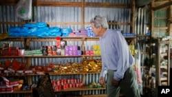 U.S. Secretary of State John Kerry visits a shop along the Mekong River Delta, Vietnam. (Dec. 15, 2013)