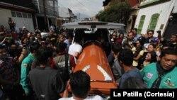 El cortejo del joven estudiante de 14 años partió luego de oficiarse una misa donde fue asesinado.