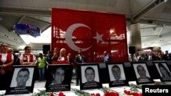 Ceremonia en el aeropuerto Ataturk en Estambul en honor de empleados de la terminal de salidas internacionales que murieron en el ataque del martes.