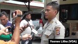 Kabid Humas Polda Sulawesi Tengah AKBP Hari Suprapto memberikan keterangan di Mapolres Poso, 19 Februari 2016 (Foto: VOA/Yoanes)
