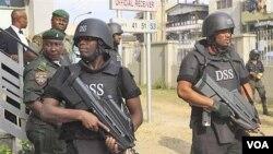 Pasukan keamanan Nigeria berpatroli di pusat kota (Foto: dok). Boko haram dikabarkan telah meninggalkan perundingan damai dengan pemerintah Nigeria.