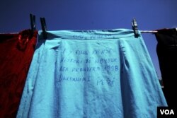 "Sebuah rok dengan tulisan: ""Rok ini punya sejarah sejak Musim Semi 1998. Dardania-Peja,"" tampak dalam instalasi seni karya artis London kelahiran Kosovo, Alketa Mrripa-Xhafa, untuk menarik perhatian kepada korban perkosaan pada perang Kosovo, di Pristina, 12 Juni 2015. (Foto: Reuters)"