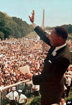 """Dalam file foto 28 Agustus 1963 ini, Pendeta Dr. Martin Luther King, Jr. mengucapkan terima kasih kepada massa di Lincoln Memorial dalam pidatonya """"I Havea Dream"""" pada bulan Maret di Washington. (Foto / File AP)"""