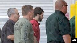 Esteban Santiago (ketiga dari kiri), tersangka penembakan maut di bandar udara Florida, kembali ke penjara Broward County setelah persidangan pertamanya Senin (9/1) di Fort Lauderdale, Florida. (AP/Alan Diaz)