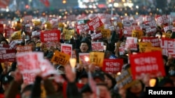 Protesters shout slogans at a protest calling on South Korean President Park Geun-hye to step down, in Seoul, South Korea, Nov. 19, 2016.