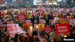သမၼတ Park Geun-hye ကို ရာထူးကေန ဖယ္ရွားဖို႔ ဆႏၵျပသူမ်ား