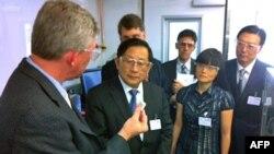 中国科学技术部长万钢(中)访问美国阿贡国家实验室