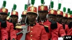 Les gardes républicains ont défilé sur l'esplanade de Libreville lors d'un défilé militaire célébrant le 41ème anniversaire de l'indépendance du Gabon, le 17 août 2001.