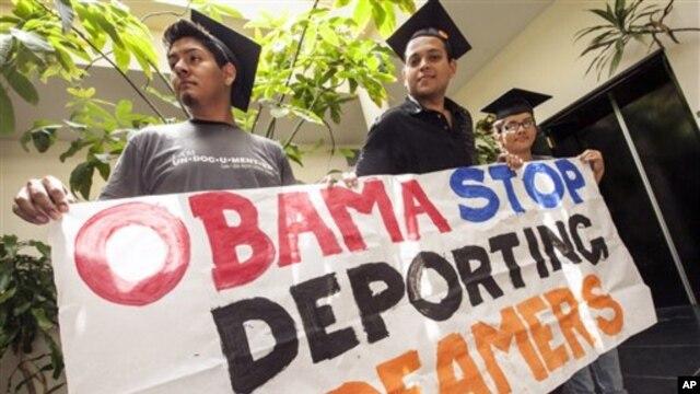 Estudantes latinos manifestam-se contra deportações de jovens que chegaram aos EUA em crianças, ilegelmente, com os seus pais. Essas deportações foram suspensas (foto de arquivo)