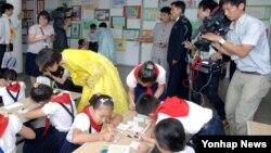 조선중앙통신이 지난 25일부터 이틀 동안 평양 능라소학교에서 열린 북일 어린이 그림 전시회 소식을 전하며 사진을 공개했다.