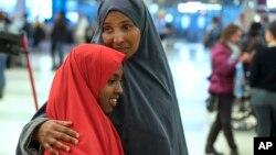 Halima Mohamed abraza a su hija que llegó procedente de Somalia a Nueva York el 8 de marzo, aunque originalmente se le prohibió la entrada a principios del año.