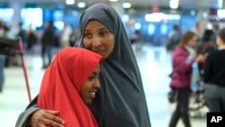 Halima Mohamed đón con gái tại New York hôm 8/3 sau một thời gian bị hoãn giấy tờ nhập cảnh vào Mỹ từ Somali do lệnh cấm du hành ban đầu của tổng thống Trump.