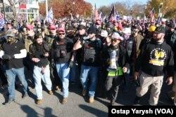 """Учасники радикального руху """"Proud Boys"""" на марші в підтримку Дональда Трампа у Вашингтоні."""