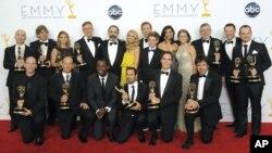 Los actores y el equipo de Homeland posan tras bambalinas en la 64ª entrega de los Premios Emmy de horario estelar.