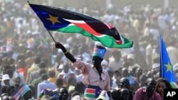 一名男子7月9日在南苏丹首都朱巴参加庆祝独立活动时挥舞国旗