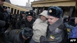 Задержание участника несанкционированной акции оппозиции на Манежной площади. Москва, 4 декабря 2011 г.