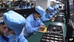 وائرس کا زور ٹوٹنے کے بعد چین کے صنعتی شعبے کی سرگرمیاں شروع ہو گئیں ہیں، تاہم احتیاطی تدابیر اختیار کی جا رہی ہیں۔