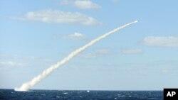 2013年2月14日韩国国防部发放的演习照片,显示一艘潜艇发射海对陆的巡航导弹景象。