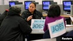 工作人员在旧金山就业中心提供咨询