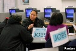 Những người thất nghiệp đến xin sự tư vấn tại trung tâm việc làm ở San Francisco.