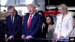 پرزیدنت ترامپ و دخترش ایوانکا کارخانه لوئی ویتان در تگزاس را افتتاح کردند