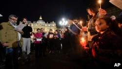 Njerëzit duke u lutur për vogëlushin Alfie në Sheshin e Shën Pjetrit, në Vatikan