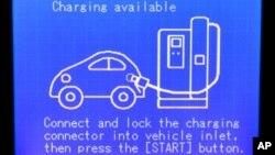 Layar berisi petunjuk pengisian ulang batere mobil listrik di sebuah stasiun di Portland, Oregon.