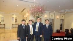 Luật sư Nguyễn Văn Ðài, Luật sư Lê Quốc Quân, và Bác sĩ Phạm Hồng Sơn (phải) trong một cuộc gặp với giới chức chính trị Tòa đại sứ Hoa Kỳ Michael Orona.