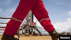 Un trabajador de la petrolera PDVSA, la productora de divisas insignia de Venezuela. Moody´s ha rebajado las perspectivas del país a negativa.