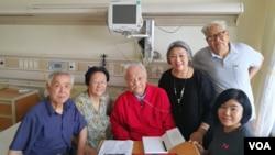2018年8月8日高瑜等人在北京医院探视毛泽东兼职秘书李锐(左三) (高瑜 推特照片)