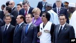 Wani hoton tarihi na wani taron shugabannin kasashen duniya da tsohon shugaban kasar Libya Moammar Gadhafi na biyu a hannun hagu.