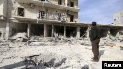 지난 5일 시리아 알레포에 정부군 공습이 있은 후 주변 건물이 붕괴되었다.